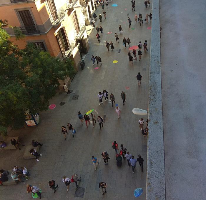 Bubbles repartidas por el suelo de una calle de Barcelona