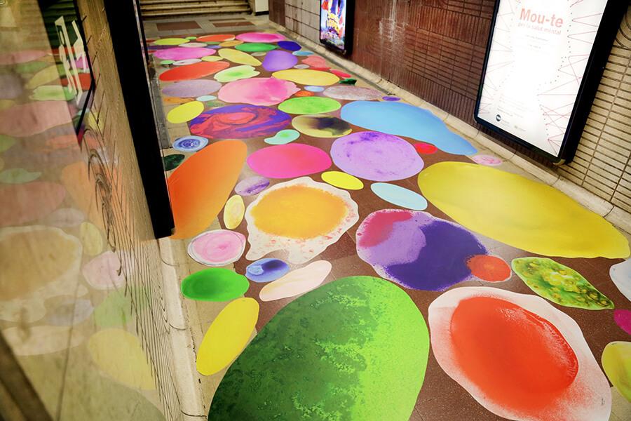 Bubbles en el suelo del metro de Barcelona